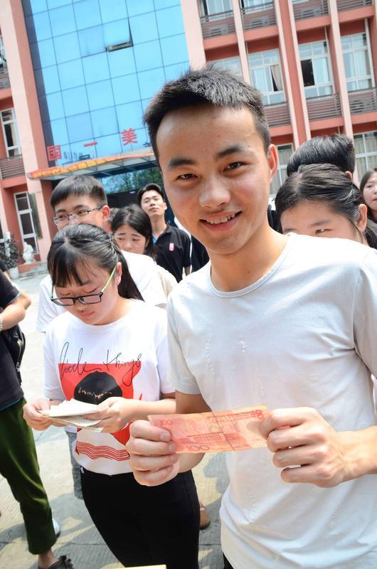 国一美术校内学生有奖活动(吃西瓜大赛)